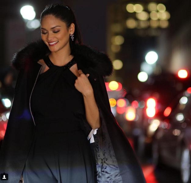 Cô khoe vẻ sang trọng và thanh lịch trên đường phố New York buổi tối.