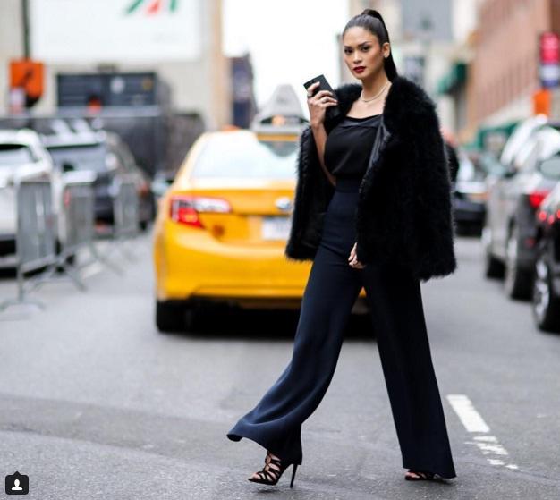 Cô đẹp sang trọng với gam màu đen khi đi trên đường phố New York.