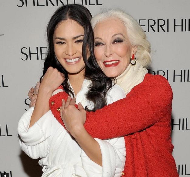 Pia ở hậu trường show trình diễn của Sherri Hill. Cô chụp ảnh thân thiết cùng cựu siêu mẫu huyền thoại Carmen DellOrefice.