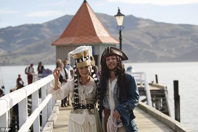 ,Chú rể Toby Ricketts và cô dâu Marianna trong đám cưới độc lạ của mình. (Ảnh: AP)