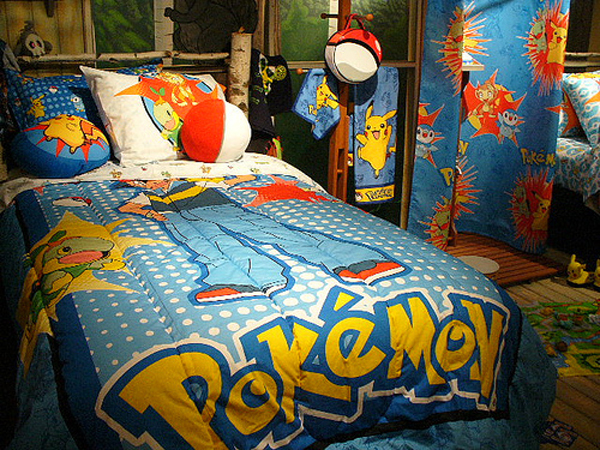 Một chiếc giường mang sắc màu và hình ảnh của thế giới Pokémon