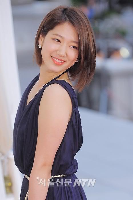 Khi duỗi tóc thẳng, Park Shin Hye trông chín chắn hơn nhiều