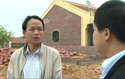 Ông Nguyễn Xuân Chiến - Chủ tịch UBND xã Yên Bài - giãi bày với PV VTV