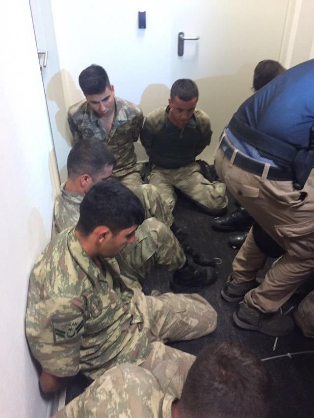 Một số binh sĩ tham gia đảo chính đã bị bắt (Ảnh: Twitter)