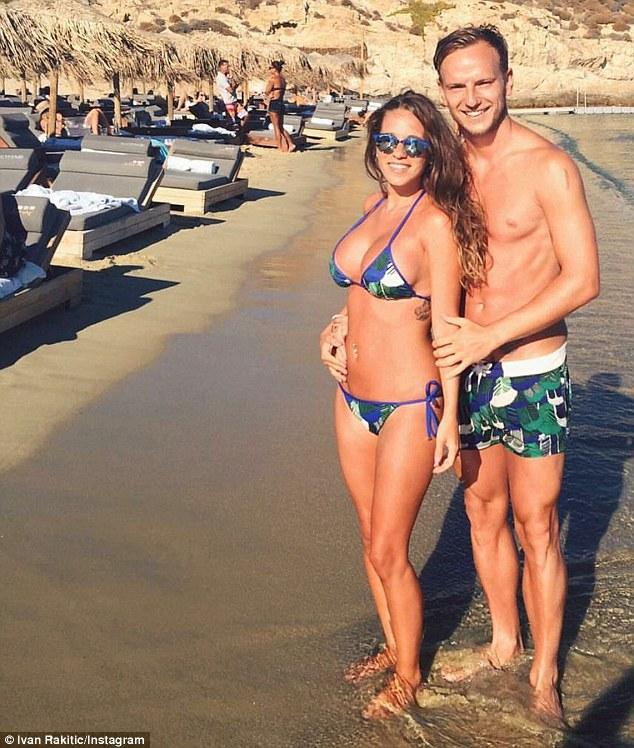 Rakitic và bà xã xinh đẹp Raquel Mauri tại một bãi biển của Hy Lạp.