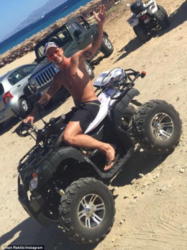 và cưỡi mô tô trên cát