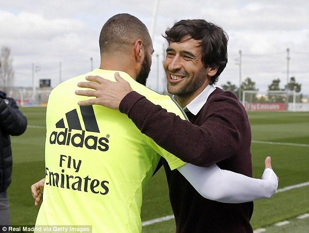 Hai chân sút ở hai thế hệ là Benzema và Raul chia sẻ kinh nghiệm trong buổi gặp mặt.