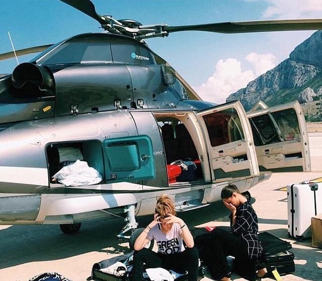 Trong một chuyến bay bằng trực thăng tới Italy, những đứa trẻ nhà giàu này mang theo rất nhiều đồ đạc.