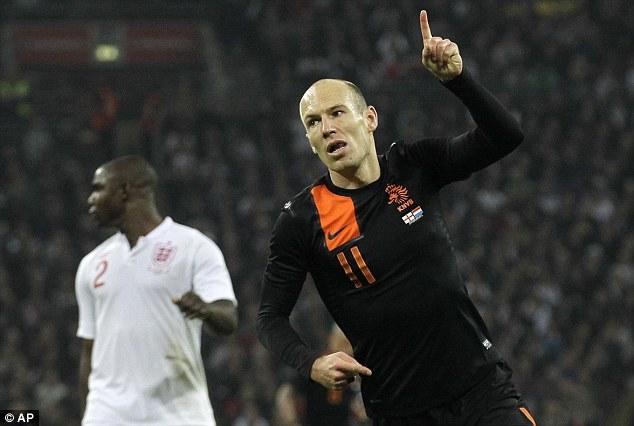 Robben khiến hành lang phải của ĐT Anh chao đảo.
