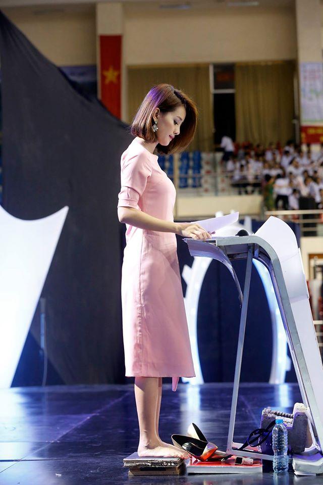 Đây là hình ảnh của MC Quỳnh Chi với đôi chân trần - một hình ảnh mà bạn sẽ không thể thấy khi chương trình lên sóng.