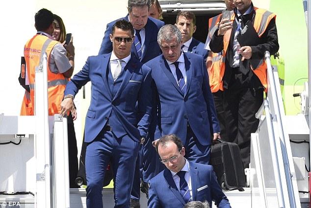 Ronaldo (trái) cùng BHL và các đồng đội ở tuyển BĐN đáp chuyến bay tới Pháp chiều 9/6, giờ địa phương.