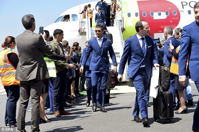 Toàn đội mặc đồng phục vest xanh coban và giày đen.