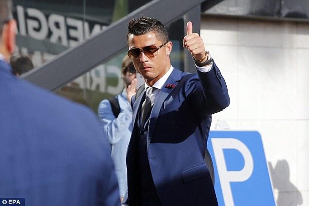 Ronaldo đáp lại thịnh tình của các fan với vẻ mặt lạnh lùng nhưng cuốn hút.