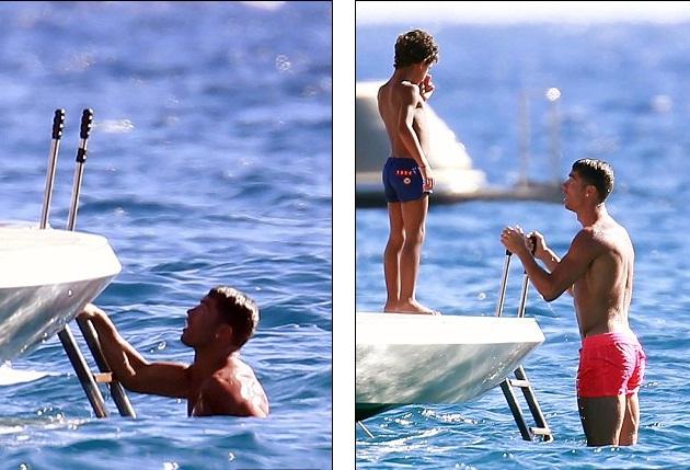 Siêu sao người Bồ Đào Nha cùng cậu con trai thỏa sức bơi lội.