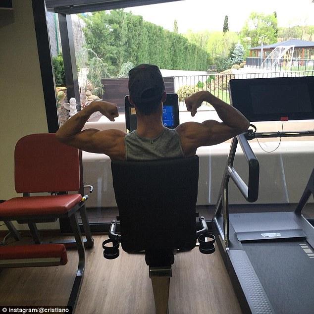 Ronaldo khoe cơ bắp trên Instagram.