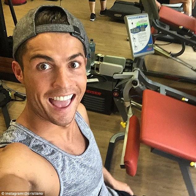 Vùi mình trong phòng tập gym, Ronaldo sốt sắng chờ ngày tái đấu Man City.