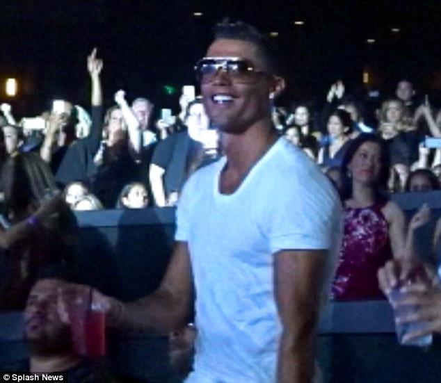 Ronaldo xuất hiện tại khu VIP chúc mừng sinh nhật J-Lo.
