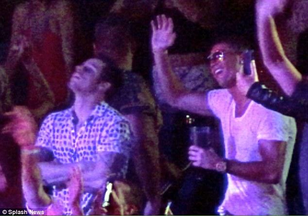 Ronaldo tỏ ra phấn khích khi tham dự tiệc sinh nhật nữ ca sĩ.