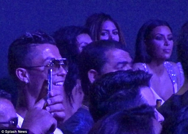 CR7 ngồi đối diện với Kim Kardashian.