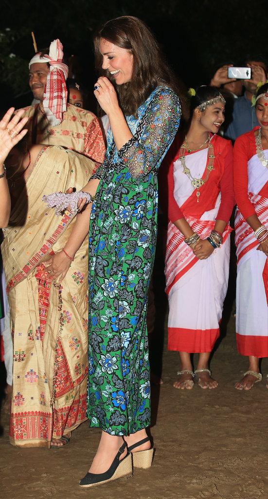 Công nương vui vẻ trò chuyện với người dân Ấn Độ. Cô diện bộ váy mang họa tiết floral, một thiết kế của Anna Sui.