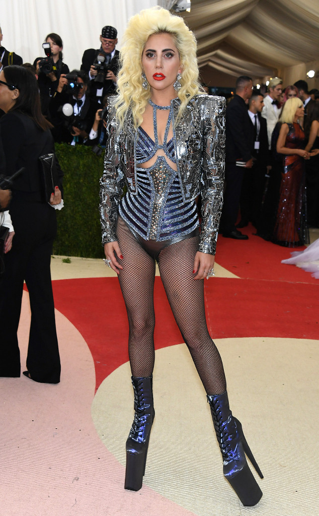 Lady Gaga trở thành tâm điểm của sự chú ý khi xuất hiện trong bộ đồ ánh kim quá đỗi sexy của Versace. Việc cô có thể đi lại trên chiếc giày cao gót khủng này cũng là điều khiến không ít người phải trầm trồ thán phục.