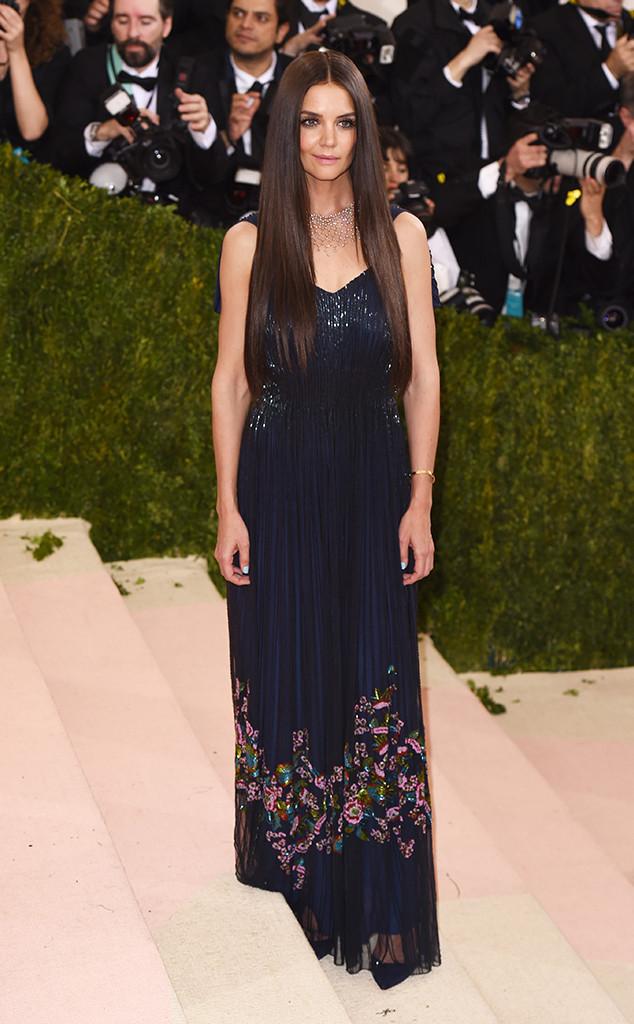 Katie Holmes đẹp bí ẩn trong bộ váy xanh sẫm của Zac Polsen.