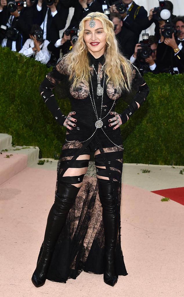 Tuổi tác cũng không thể ngăn nổi sự táo bạo của Madonna. Cô diện bộ cánh hở bạo của Givenchy mà chưa chắc đàn em nào dám diện.