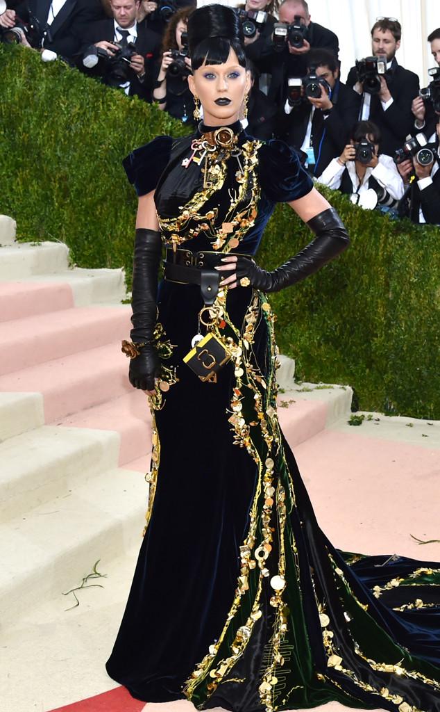 Không hề kém cạnh Lady Gaga, Katy Perry cũng rất biết cách làm giới truyền thông phải chú ý đến mình. Cô mang đến thảm đỏ Met Gala 2016 bộ váy nhung với những họa tiết, phụ kiện vô cùng đẹp mắt của thương hiệu Prada.
