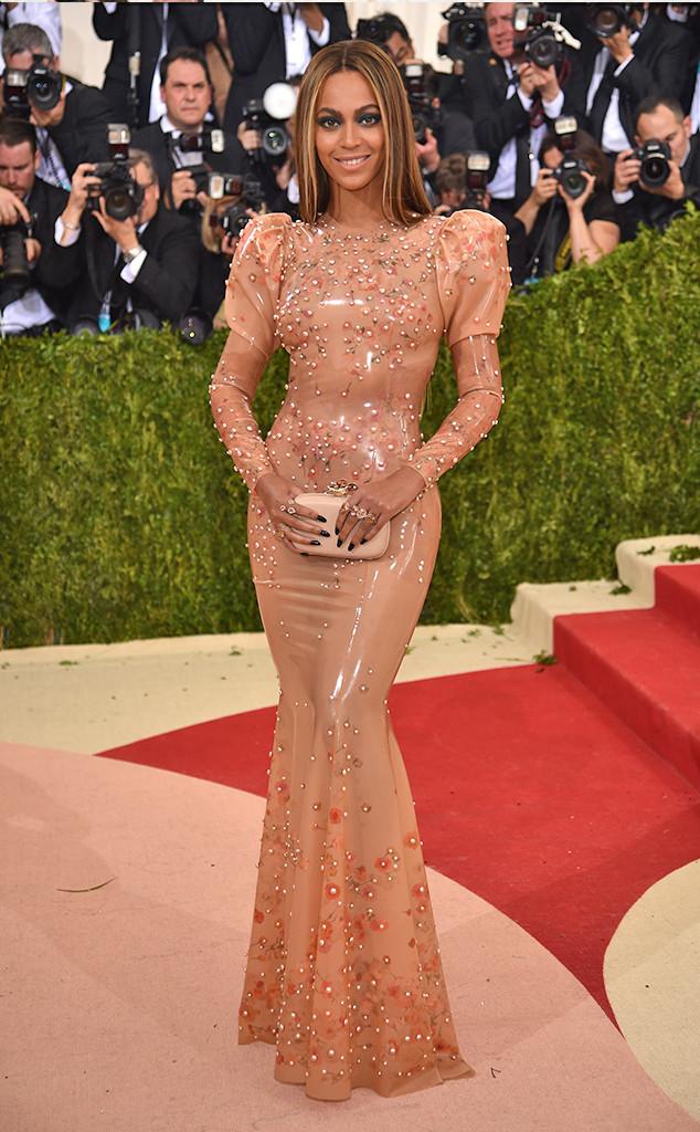 Beyonce khiến nhiều người không khỏi ngỡ ngàng với vóc dáng đồng hồ cát trong bộ váy tinh tế của Givenchy.