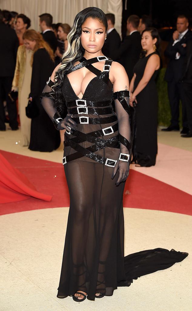 Vẫn với phong cách khoe da thịt thường thấy, Nicki Minaj thiêu đốt người xem với bộ cánh táo bạo của Moschino.