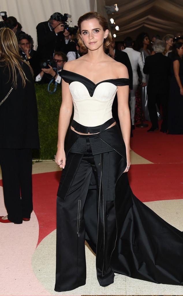 Emma Watson tiếp tục khẳng định nữ quyền trong một bộ cánh vừa mạnh mẽ, vừa phá cách của Calvin Klein Collection. Tuy nhiên, đây chắc chắn không phải là bộ cánh xuất sắc nhất trong lịch sử tham dự Met Gala của nữ diễn viên xinh đẹp này.