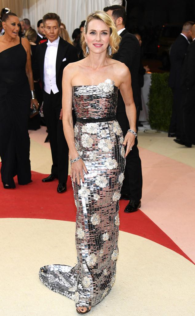 Naomi Watt khéo léo khoe đường cong cơ theertrong bộ váy của Burberry.