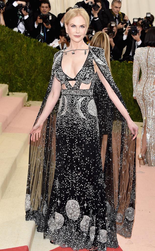 Dường như Nicole Kidman đang cố chứng minh mình là một ngôi sao sáng với bộ cánh lấp lánh ánh sao của Alexander McQueen.
