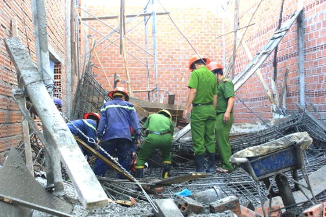 Do giàn giáo quá yếu nên khi đổ bê tông với diện tích 50 m2 quá nặng đã khiến cho sàn bị sập.