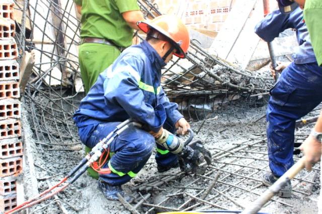 Lực lượng Cảnh sát PCCC tỉnh dùng kiềm thủy lực để cắt sắt đưa nạn nhân ra ngoài.