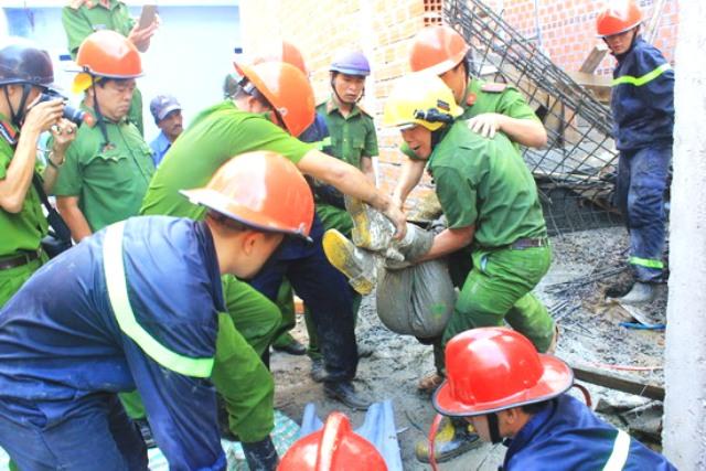 Sau 1 giờ dùng các thiết bị chuyên dụng, lực lượng cứu hộ mới đưa được nạn nhân ra ngoài.