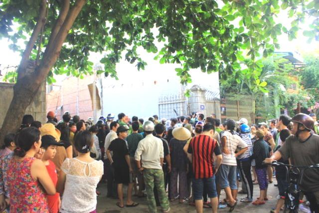 Rất đông người dân đã đến để theo dõi quá trình cứu hộ.