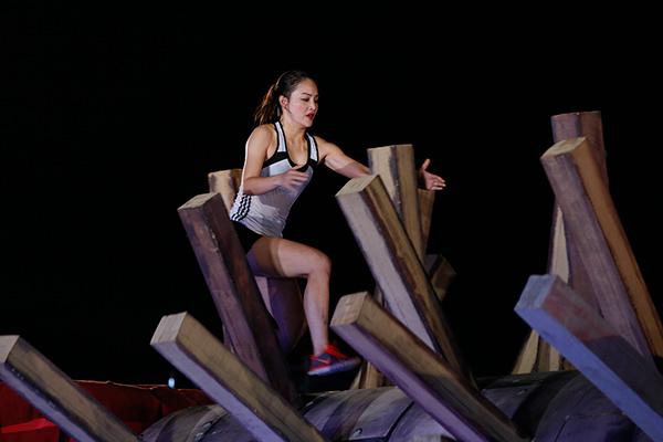 Sau khi chơi xong phần thi bám trụ, diễn viên Lan Phương bị xước tay nhưng vẫn cảm thấy rất vui vì trò chơi thú vị. Cô tự cảm thấy bản thân dũng cảm hơn nhiều khi dám vượt qua chính mình.