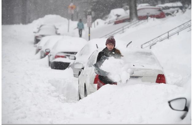 Đường phố ngập trong tuyết trắng khiến giao thông vô cùng khó khăn