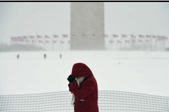 Người đi bộ qua Đài tưởng niệm Washington