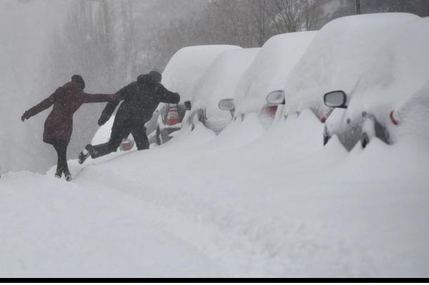 Tuyết phủ cao khiến việc qua đường rất khó khăn.