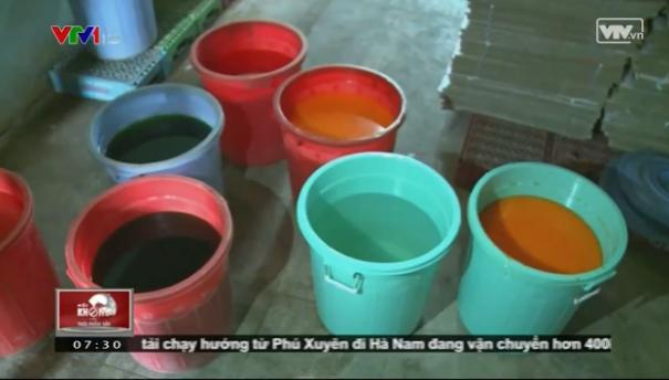 Nguyên liệu được dùng để chế biến nước giải khát không có nhãn mác, được để la liệt trên nền nhà. Những người công nhân chỉ việc pha chế sau đó cho vào những chiếc chai có sẵn là có thể xuất ra thị trường.