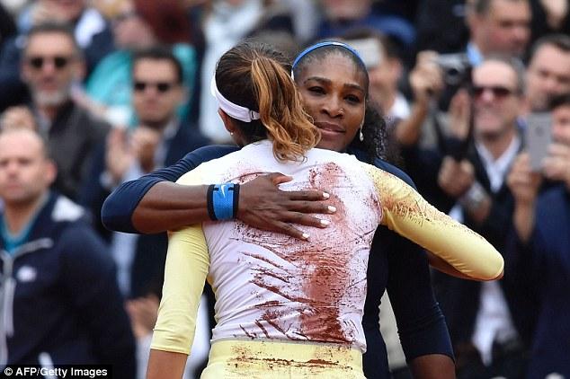 Serena Williams chúc mừng đối thủ Muguruza... Ảnh: AFP/ Getty