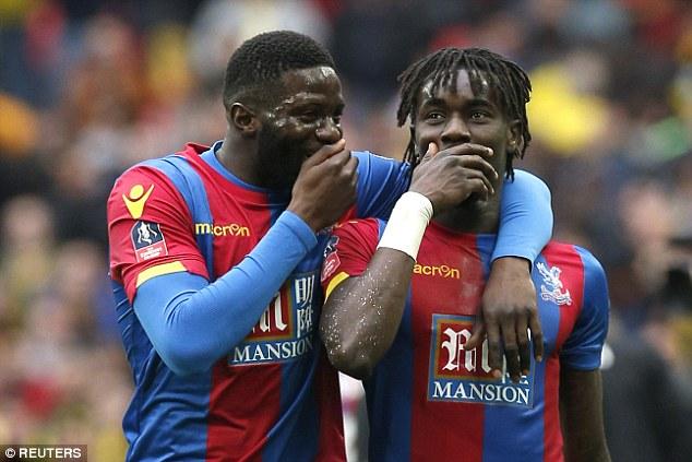 Souare (phải) và các đồng đội đã hạ Watford để góp mặt trong trận cuối cùng tại FA Cup với Man Utd.