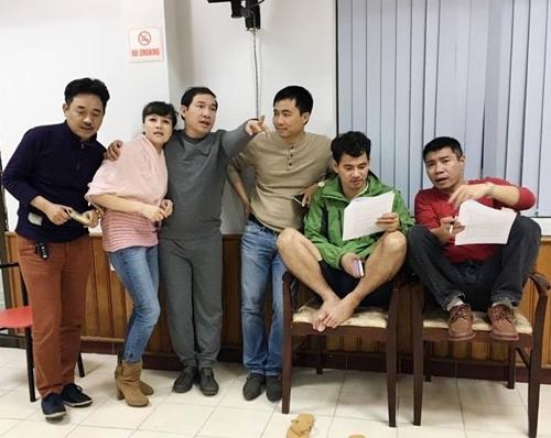 Đạo diễn Đỗ Thanh Hải với các diễn viên đóng Táo Quân 2016 đang tập luyện. Ảnh: TL.