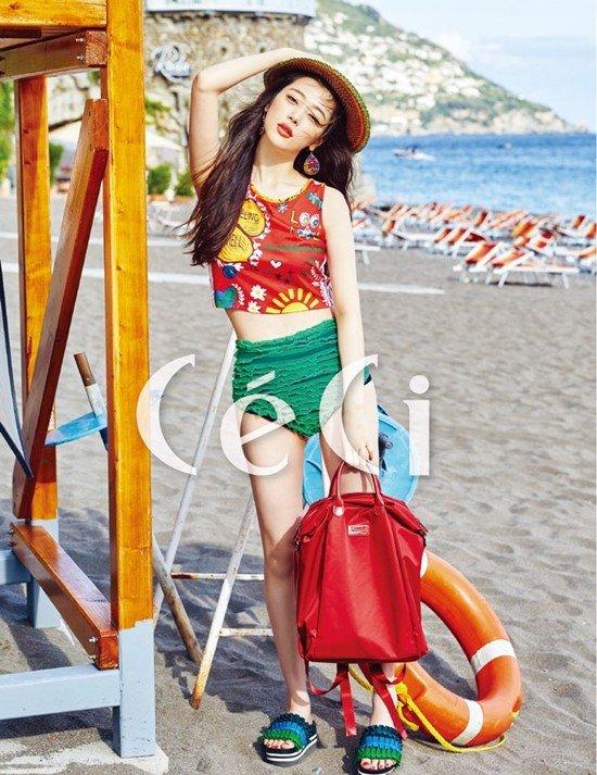 Trong bộ ảnh mới, Sulli thể hiện vẻ đẹp dễ thương trong những thiết kế đi biển đầy màu sắc.
