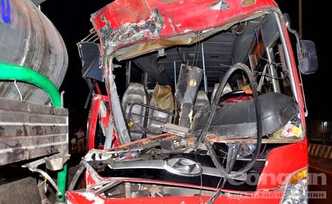 Phần đầu chiếc xe khách bị móp mép, hư hỏng hoàn toàn