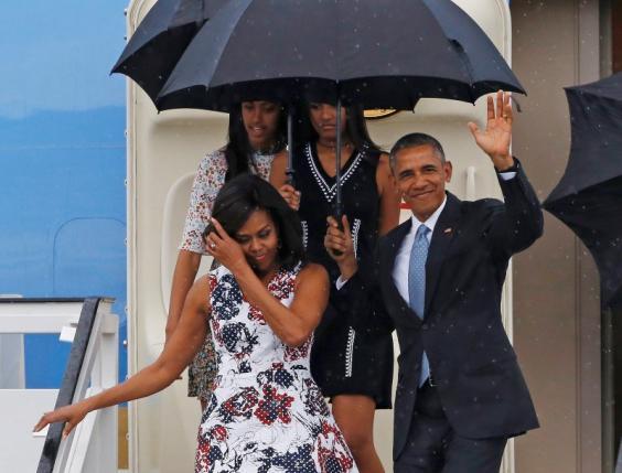 Tổng thống Barack Obama cùng phu nhân Michelle và hai con gái là Malia và Sasha bước xuống từ chiếc Air Force One sau khi kết thúc chuyến bay kéo dài 3 ngày tới Havana, Cuba (Ảnh: Reuters)