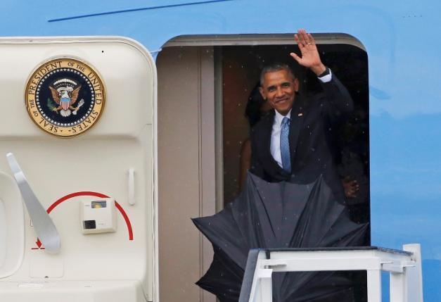 Tổng thống Mỹ vẫy tay chào đất nước Cuba ngay khi máy bay vừa hạ cánh xuống Havana (Ảnh: Reuters)