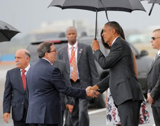 Bộ trưởng Bộ Ngoại giao Cuba - Bruno Rodriguez nghênh đón Tổng thống Mỹ - Barack Obama tại sân bay quốc tế Havana (Ảnh: Reuters)